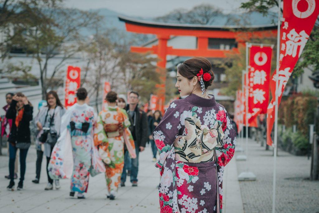 cách đi khi mặc kimono